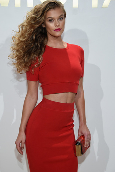 Nina Agdal in un brillante look total red: top gonna e clutch  Leyla pitonata (transeason 2015 Michael Kors Collection). Photo Credit - Getty Images for Michael Kors