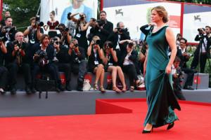 Emily Watson ha scelto di indossare gli orecchini e il bracciale in platino e diamanti di Tiffany durante la cerimonia di apertura del 72° Film Festival di Venezia. Gioielli della nuova collezione Victoria, che l'attrice ha indossato anche in occasione dell'anteprima del film Everest.