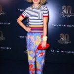 Ucha Meirelles ha indossato una polo a righe e dei pantaloni con stampa floreale.