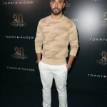 Yan Acioli ha indossato un maglione color kaki, pantaloni bianchi e stringate marroni.