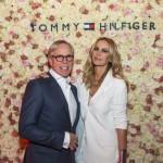 Tommy e Dee Hilfiger che ha indossato un completo in seta bianca.
