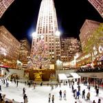 NEW YORK - Stati Uniti - Nessuna città americana vanta più tradizioni natalizie:  dallo shopping agli spettacoli e altri eventi, dalle iconiche vetrine dei grandi magazzini all'albero di Natale del Rockefeller Center. Quest'ultimo è il simbolo più famoso del Natale newyorkese, situato sulla piazza centrale del complesso, sulla 50esima Strada all'angolo con la Quinta Avenue. L'albero, generalmente un abete rosso, è illuminato da circa 30.000 luci LED ecologiche e coronato da una stella di cristallo Swarovski. Da non perdere.