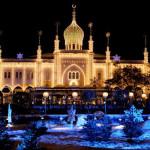 COPENHAGEN - Danimarca - Scende la temperatura, ma sale lo spirito del Natale! La capitale danese è ricca di tradizione, ottimo cibo, divertimento e piacevole compagnia. In piazza sarà possibile assistere ad un teatro di strada con un vero e proprio team natalizio che intratterrà il pubblico, con regali di Natale, angeli barocchi su pattini a rotelle ed elfi acrobatici. Ogni anno il Festival di Copenhagen, in collaborazione con il Comune, offre tanti eventi per assicurare il divertimento di grandi e piccoli e di turisti e residenti.