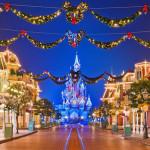 DISNEYLAND - Parigi - Questo Natale il Disney Village splenderà grazie a migliaia di luci fatate sopra un manto di neve cristallina. Intrattenimento e concerti live rispecchieranno l'atmosfera di gioia natalizia, e allo stesso tempo si potrà godere di menu festivi e scoprire una serie di scintillanti sorprese. Feste in stile Disney a base di felicità che gli ospiti di tutte le età non scorderanno mai.