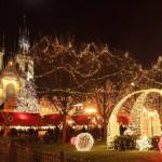 PRAGA - Repubblica Ceca - Una delle capitali europee più amate dai turisti di tutto il mondo che, a partire dal 5 dicembre, si veste di una luce speciale: mercatini attraenti e ricchi di prodotti locali, decorazioni, luminarie, e profumi che riscaldano le tipiche giornate invernali. Più impressionante di tutti è l'albero di Natale posizionato di fronte alla Chiesa della Nosta Signora di Tyn, che arriva direttamente dalle montagne Krkonose e che ogni anno stupisce con giochi di luce nuovi. La tradizione vuole che le 3 figure in piazza, temute e amate, attirino l'attenzione dei bambini. I più buoni si aspettano tanti doni dall'Angelo e da San Nicola, mentre i più monelli solo strigliate dal temuto Diavolo Cert.