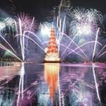 RIO DE JANEIRO - Brasile - Meta turistica di assoluto interesse durante tutto l'anno, lo diventa ancora di più durante le festività natalizie. Imperdibile, l'albero galleggiante, iconico simbolo del Natale brasiliano, il più grande del mondo, alto 85 metri e con un peso, come segnalato nel libro Guinness dei record, di 542 tonnellate: tra musica, divertimento e fuochi d'artificio, spunta nella Laguna Rodrigo de Freitas.