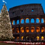 ROMA - Il Natale in Italia lo si vive in famiglia, nell'intimità del focolare e nella corsa sfrenata allo shopping nei giorni e nelle ore che lo anticipano. In fatto di usanze e tradizioni, il Natale nella capitale assume diverse sfumature: la città si illumina di nuove luci, quelle dei tanti alberi, dei presepi e delle luminarie che attribuiscono ai monumenti caratteristici come il Colosseo, l'Altare della Patria, Piazza San Pietro, Piazza di Spagna, ma non solo, un'atmosfera magica e indimenticabile. Il giorno dell'Immacolata Concezione, l'8 dicembre, il Papa raggiunge Piazza di Spagna e porta i fiori alla statua della Madonna, di fronte alla Chiesa di Trinità dei Monti, dando ufficialmente inizio al magico Natale che finirà dopo l'Epifania.