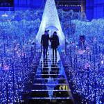 TOKYO - Giappone - Qui il Natale si festeggia in maniera diversa rispetto all'Italia e al resto del mondo. Il Natale è la classica festività da trascorrere con il proprio ragazzo/ragazza. I fidanzati vanno a cena fuori e festeggiano scambiandosi un regalo. Considerando che la gran parte dei giapponesi sono atei, si può capire il motivo per cui il Natale non è per loro una festa religiosa, ma è stata importata dall'Occidente e soprattutto è una festa commerciale. Per questo, nonostante il misero 2% di Cristiani in tutto il Giappone, il Natale è comunque una buona occasione per inventarsi esagerati allestimenti luminosi per le vie della città che, di sicuro, stupiscono e attraggono molti turisti.