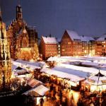 VIENNA - Austria - Il periodo dell'Avvento e la preparazione del Santo Natale è particolarmente sentita nelle località austriache. Suoni, profumi, luci e risate si perdono nei passi incessanti della gente. Vino caldo, candele, mercatini e camini che illuminano e riscaldano i locali, tutto si colora della gioia del Natale che in questi luoghi trasmette una suggestività unica. Accanto al Rathaus di Vienna (il municipio) viene allestito quello che viene definito il mercatino di Natale più bello d'Europa. Tra le bontà gastronomiche e non solo, il Natale viennese si arricchisce anche di tanti eventi culturali: si potrà visitare l'Hofburg, residenza invernale dell'Imperatore, aperta al pubblico nel periodo delle festività, si potrà godere di un giro in un calasse vecchio stile, trainato da cavalli e guidato da personaggi iconici in costume, oltre che godere delle meraviglie artistiche di musei, gallerie e imperdibili concerti dei più grandi musicisti locali.