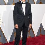 Lee Byung-Hun ha indossato un tuxedo Signoria blu notte con revers a lancia, camicia bianca e papillon in seta nera di Gucci.