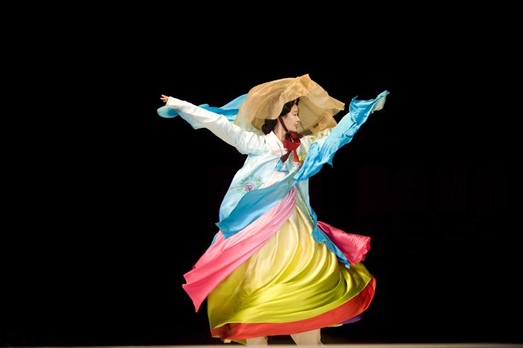 Jodi Cobb, Corea del Sud 2009, una modella vestita di seta danza alla sfilata di Hanbok.