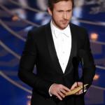 Ryan Gosling ha indossato un tuxedo Signoria nero con revers sciallati a un bottone, camicia bianca, papillon in seta bianca e scarpe allacciate in vernice nera di Gucci.
