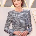 """Charlotte Rampling, candidata all'Oscar come migliore attrice protagonista nel film """"45 anni"""" del regista Andrew Haigh, ha indossato un abito di Giorgio Armani Privè, un paio di orecchini """"Gypsy"""" in oro bianco con 365 rubini per 15.60 cts e l'anello """"Onde"""" in oro bianco con 666 diamanti bianchi per 15.30 cts, entrambe crezioni de GRISOGONO."""