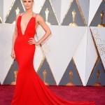 Un lungo abito con schiena scoperta di Dior Haute Couture anche per Charlize Theron.