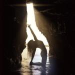 """""""Take a deep breath and try something new"""", ovvero """"fai un respiro profondo e prova a fare sempre qualcosa di nuovo"""", è il motto di Rachel Brathen. Con il suo profilo yoga_girl promuove lo yoga e uno stile di vita salutare."""