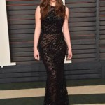 Hailee Steinfeld partecipa al 2016 Vanity Fair Oscar Party indossando anche lei un abito di Elie Saab, collezione Spring/Summer 2015, nero, senza maniche e completamente ricamato.