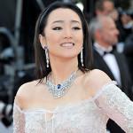 """L'attrice cinese Gong Li, ha indossato una collana in oro bianco con diamanti e uno zaffiro centrale blu, un paio di orecchini con zaffiri blu e diamanti della collezione  """"Sunny Side of Life"""" di Piaget, oltre a due anelli ricoperti di diamanti della collezione di Alta Gioielleria della maison."""