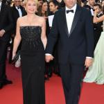 Paolo Sorrentino ha scelto un tuxedo blu con revers a lancia della collezione Giorgio Armani. Sua moglie Daniela, invece, un abito bustier lungo nero in seta.
