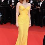 Un abito su misura di Giorgio Armani Privé anche per Jessica Chastain. Dalla linea a sirena in chiffon giallo e dal bustier drappeggiato.