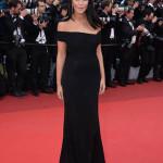 Un vestito di Alexandre Vauthier per Leila Bekhti: un lungo abito di seta nero con scollo asimmetrico lungo le spalle.