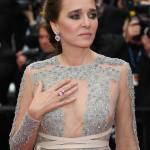 L'attrice, regista e membro della giuria Valeria Golino indossa un paio di orecchini con uno spinello rosa e diamanti e un anello con uno spinello rosa chiaro, della High Jewellery Collection di Chopard.