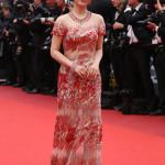 L'attrice Zhao Tao ha scelto una collana in oro rosa 18ct con rubini (131.5cts) e diamanti (31.34cts), un paio di orecchini in oro rosa 18ct con rubini (24.97cts) e diamanti (2.84cts) e un bracciale in oro rosa 18ct con rubini (20.09cts) e diamanti (20.15cts), di Chopard, della Red Carpet Collection.