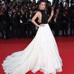 Li Bingbing sfoggia un abito della linea Haute Couture di Stephane Rolland, con gonna a drappeggio di seta bianca.