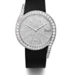 """Orologio """"Piaget Limelight Gala"""" dalla cassa in oro bianco, con 18 carati e 62 diamanti taglio brillante, quadrante set con 336 diamanti taglio brillante, fibbia con 15 diamanti taglio brillante e movimento al quarzo Piaget 690P, indossato da Jessica Chastain."""