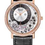 """Orologio """"Piaget Altiplano"""" dalla cassa in oro rosa, con 78 diamanti taglio brillante indossato da Michael B. Jordan. Questo orologio firmato Piaget è considerato l'orologio con il movimento meccanico più sottile al mondo."""