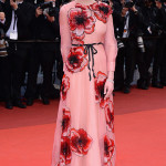 Kirsten Dunst, giurata della 69 Edizione del Festival di Cannes, ha indossato un abito lungo in organza di seta color cipria con fiori rossi ricamati e cintura nera trompe l'oeil con fiocco di Gucci. (Photo by Dominique Charriau/WireImage)