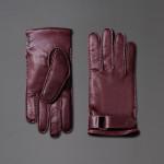 Brioni - Guanti color vinaccia realizzati in pelle con il cinturino regolabile al polso.