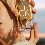 Calvin Klein - CK One Gold: un tributo ai giovani che non sbagliano. Tutto ciò che toccano si trasforma in oro. Un profumo unisex straordinariamente accattivante che promette una goccia d'oro a tutti. Un'eau de toilette in edizione limitata, succosa, fresca, legnosa che coglie l'allure dorata e radiosa della giovinezza