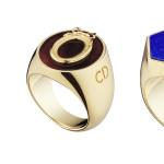 """Tre modelli Chevalière """"Lucky Dior"""": il primo in metallo rodiato e quarzo rosa; il secondo in metallo con finitura in oro e fluorite; il terzo in metallo con finitura oro e lapislazzuli."""