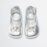 Dolce&Gabbana - Ballerina in pelle laminata con applicazione in punta e chiusura con laccio alla caviglia con strap