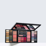 Estée Lauder - Color Portfolio Holiday 2016: la collezione in edizione limitata include 28 ombretti, 6 Pure Color Envy Sculpting Blush, 9 Pure Color Envy Lip Color, 1 Pure Color Envy Gloss e 2 Smoky Kohl Eyeliner