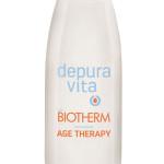 """Dopo """"Skin Fit"""", la collaborazione tra Depuravita e Biotherm continua con il lancio di """"Age Therapy"""", il nuovo succo, fonte di sali minerali e antiossidanti a base di acqua alcalina e anacardi, che combatte i segni dell'invecchiamento."""