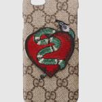 Speciale custodia per iPhone 6 in edizione limitata, dipinta con il classico motivo in tessuto GG ed impreziosita dal ricamo del serpente e del cuore.