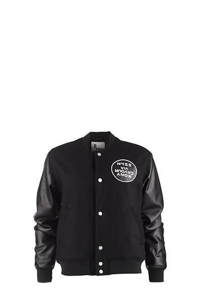 5Preview - Felpa/giacca nera con scritte bianche sulla schiena e sul fronte, e maniche in ecopelle.
