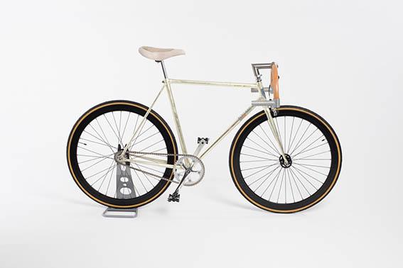 Bollani Biciclette presenta la nuova interpretazione del grande successo del brand, la Targa. La bicicletta realizzata in soli 21 esemplari rappresenta un vero e proprio pezzo di design. Bollani Targa Oro rende omaggio alla Porsche 911 Targa degli anni Settanta.