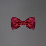 Bow tie in raso rosso di seta di Brioni.