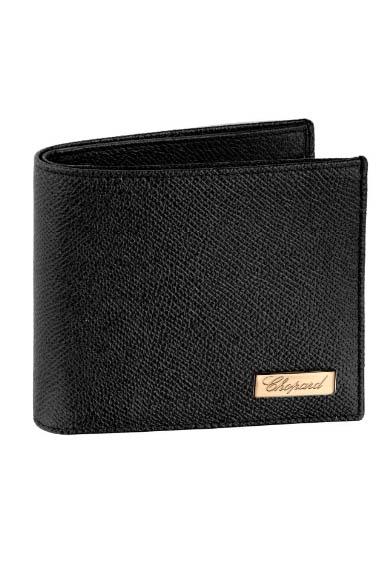 Chopard Il Classico, portafoglio interamente realizzato in pelle di vitello stampata nera, caratterizzato dalla firma in oro della maison.