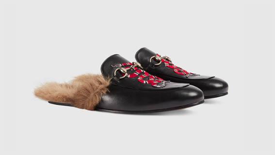 Gucci - Slipper Princetown foderata in canguro e rifinita con il dettaglio Morsetto. La calzatura mostra l'elemento distintivo delle creazioni di Alessandro Michele, il serpente, che aggiunge un tocco di stile eclettico e inatteso alla silhouette classica.