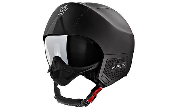 """Il nuovo Moncler Grenoble Snow Helmet è la rivisitazione dell'iconico modello Kask """"Stealth"""" in versione Black Matt. I nuovi caschi da sci e da snowboard Moncler Grenoble, in edizione limitata, sono la perfetta combinazione tra professionalità tecnologica e inconfondibile valore estetico."""
