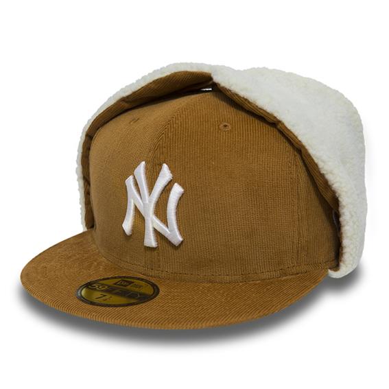 New Era - Cappellino regolabile in suede beige, con paraorecchie tono su tono, interno eco-fur e logo New York Yankees sul davanti.