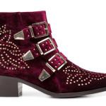 Ankle boot in velluto scamosciato color bordeaux, impreziosito da borchiette oro, di Lemarè.