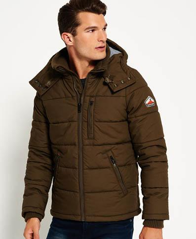 Giubbotto Superdry Bluestone. La giacca è trapuntata, foderata in pile e ha tre tasche esterne con zip.
