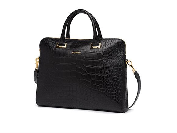 Testoni propone una pc case in prezioso coccodrillo nero dalla finitura mat. La borsa è rifinita da dettagli in light gold.