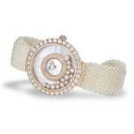 Orologio gioiello di Chopard impreziosito da un delicato bracciale di perle bianche e appartenente alla collezione Happy Diamonds Joaillerie.