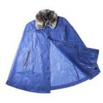 Per le grigie giornate di pioggia, Saldarini 1882 offre la cappa semitrasparente con collo in ecopelliccia che unisce  funzionalità e glam.