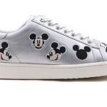 M Collective: sneakers di Moa in pelle ad effetto metal, decorate con ricami di Mickey Mouse, suola in gomma e fodera in pelle.